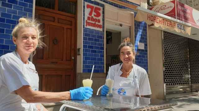Mari Ángeles e Inma Sorribes mantienen la tradición artesanal de La Horchatería Azul en Alicante.
