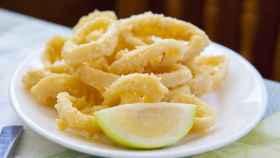 Un plato de anillas de calamar a la romana.