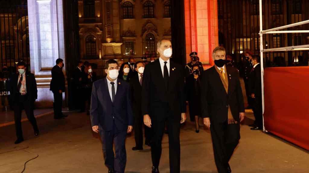 Felipe VI durante su visita a Perú luciendo una corbata negra en señal de luto.