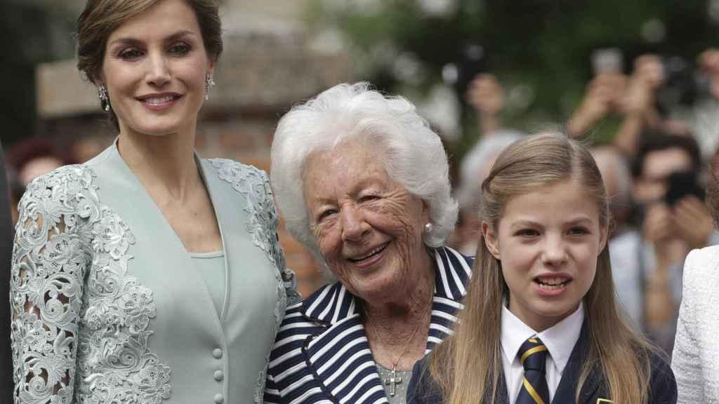 La reina Letizia junto a su abuela Menchu y la infanta Sofía.