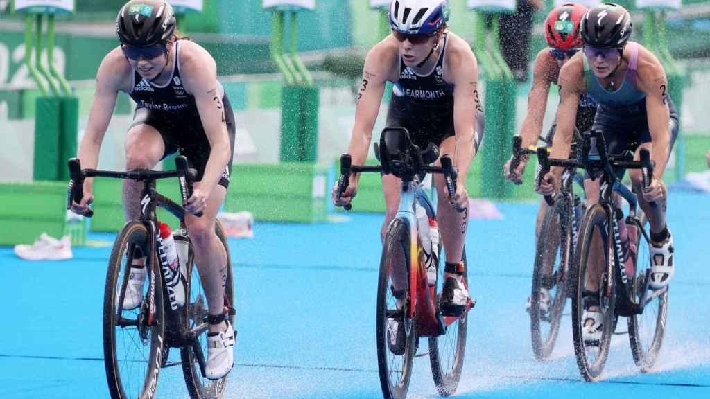 Flora Duffy en la prueba de bici del triatlón de los JJOO de Tokio 2020