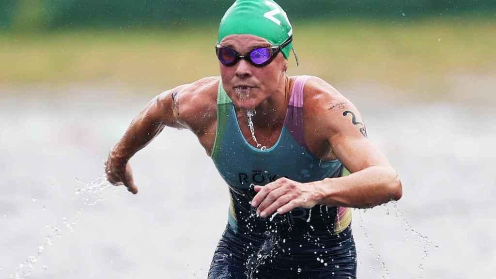 Flora Duffy saliendo del agua durante una prueba de triatlón