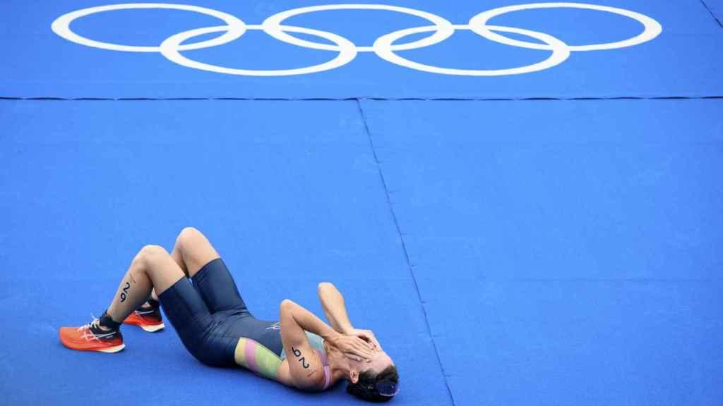 La triatleta Flora Duffy junto a los aros olímpicos