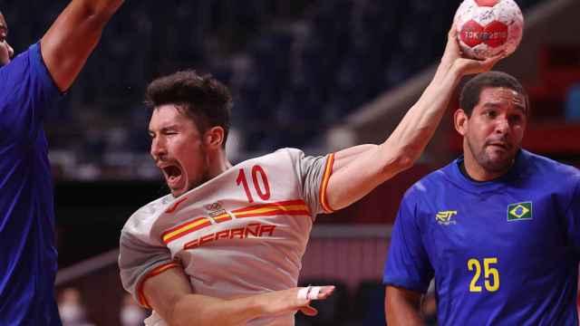 Alex Dujshebaev lanzando en el Brasil - España de balonmano