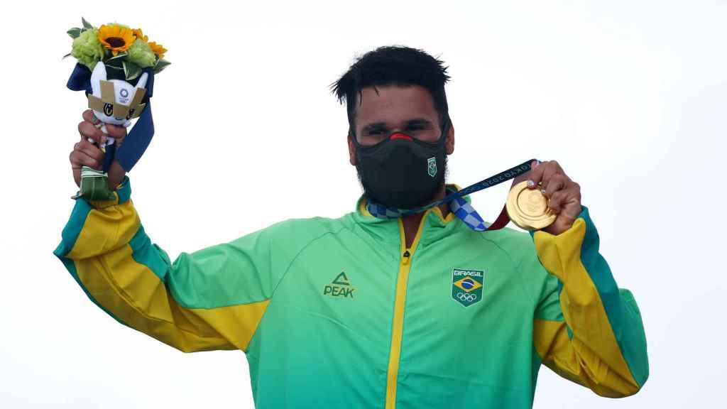 El surfista brasileño Italo Ferreira, con su medalla de oro en los Juegos Olímpicos de Tokio 2020