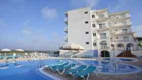 El hotel Playa Azul, situado en la urbanización de Cala en Porter (Menorca).