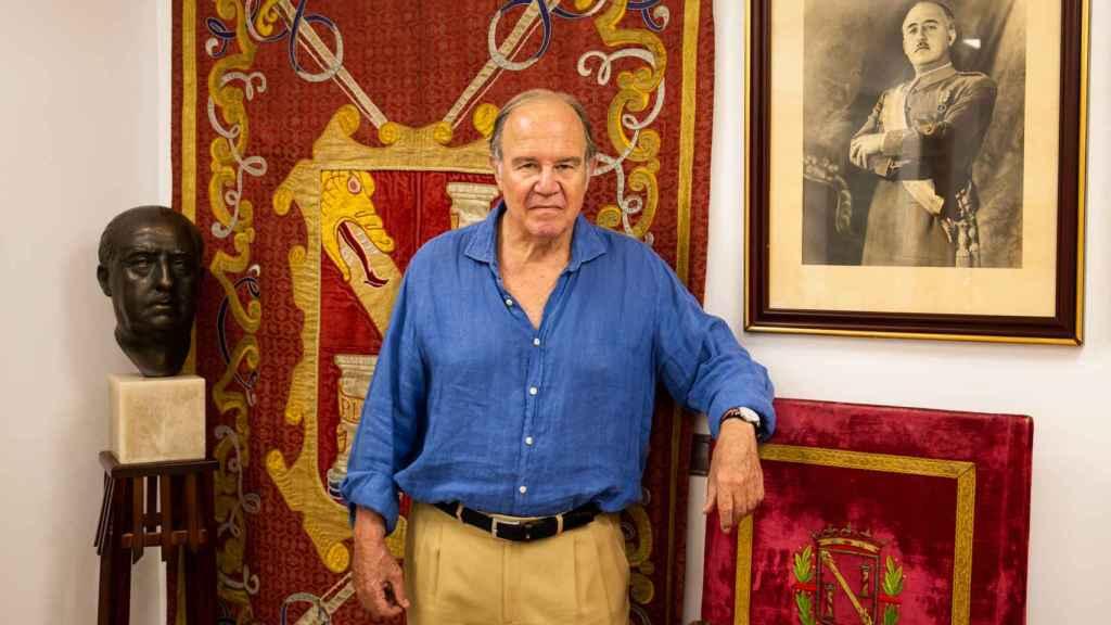 Juan Chicharro posa en la sede de la Fundación Francisco Franco que él preside.
