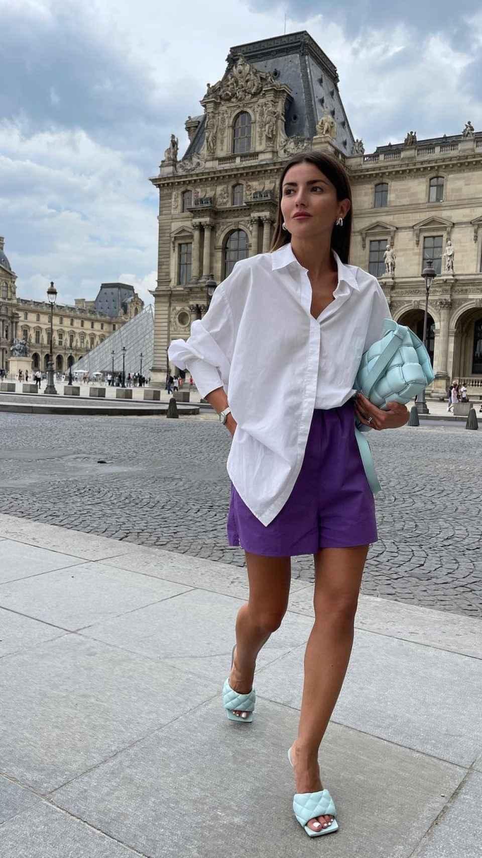 Alexandra Pereira con 'mules' azul cielo de Bottega Veneta.