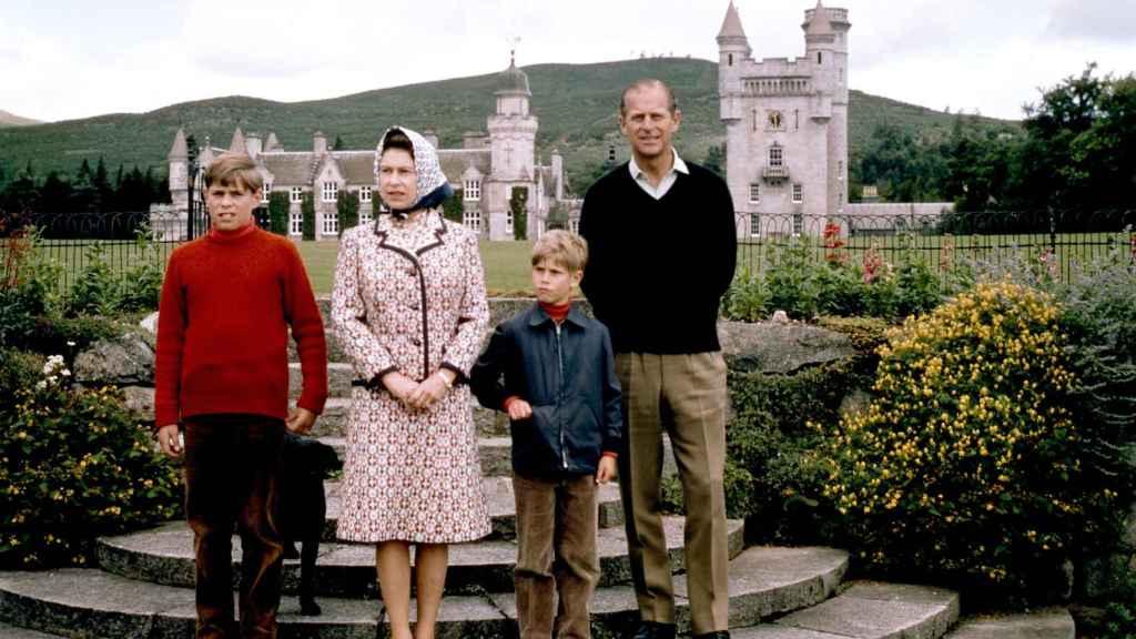 La Reina junto a su difunto marido y sus hijos posando con el castillo de fondo en una imagen tomada en 1972.