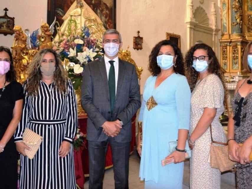 Álvaro Gutiérrez con la alcaldesa y concejales de Val de Santo Domingo