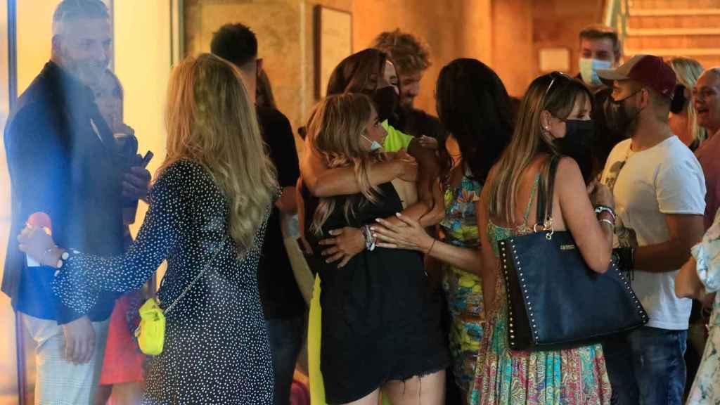 Rocío Flores abrazada a Olga Moreno a su salida de 'Supervivintes'.