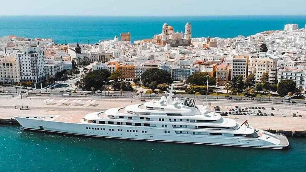 El 'Azzan', el yate más largo del mundo, atracado en el puerto de Cádiz.