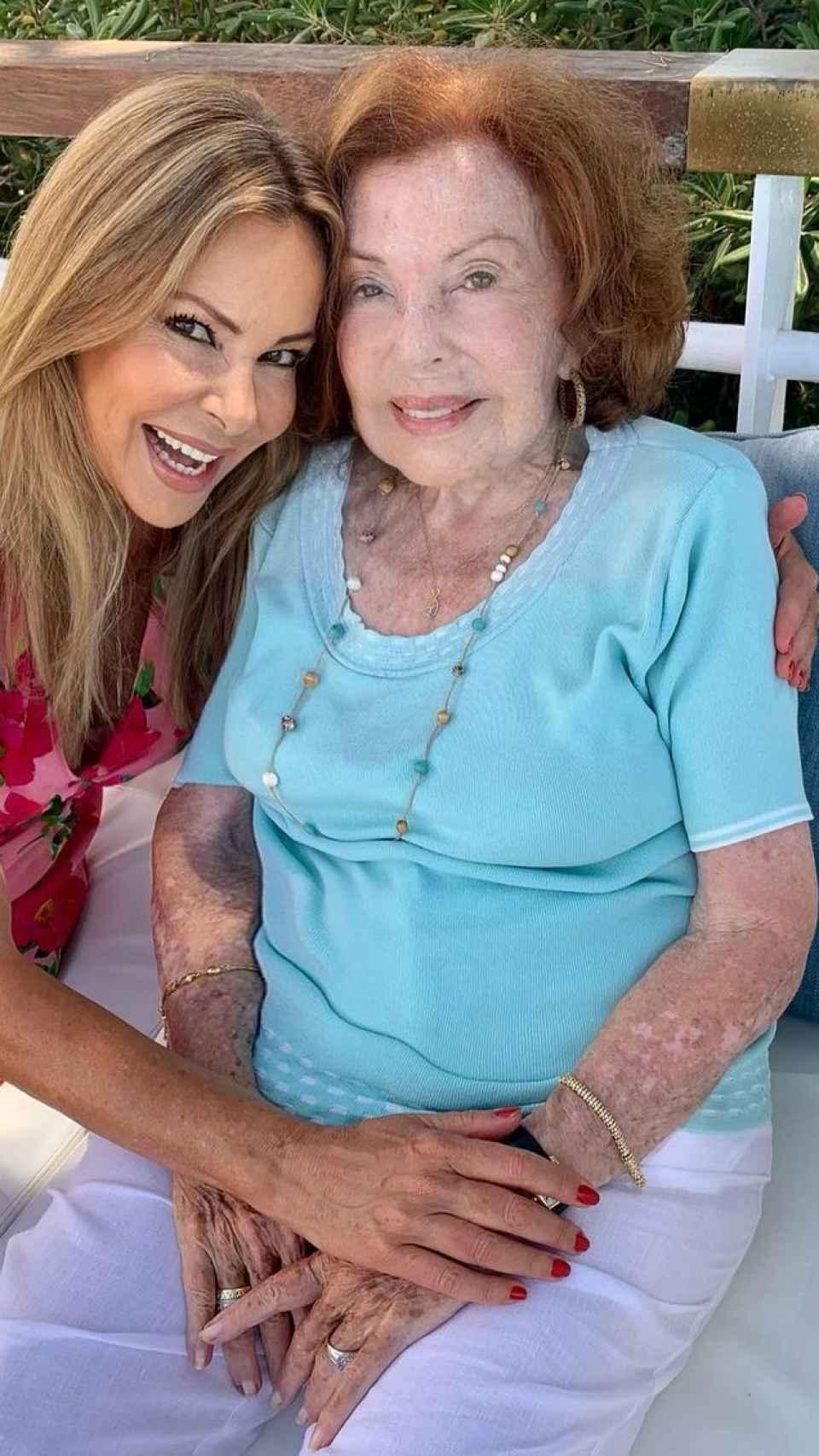 García Obregón junto a su madre en una imagen de redes sociales.