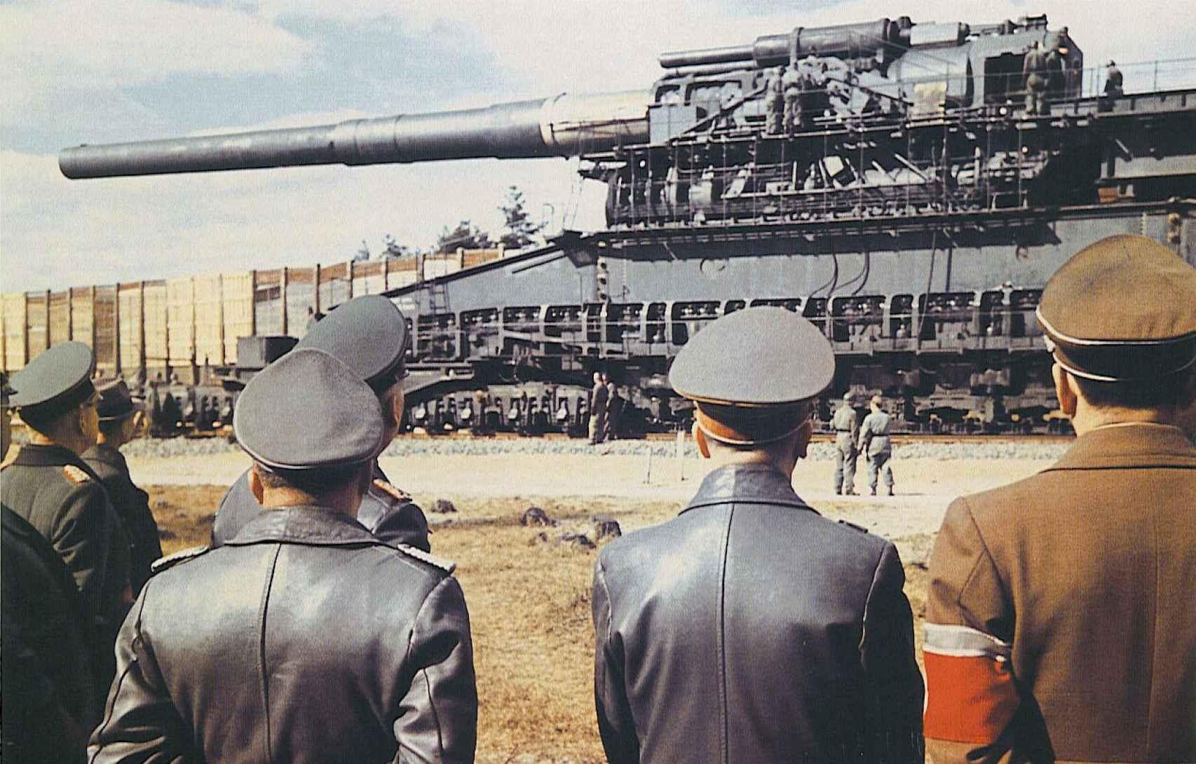 Hitler (segundo por la derecha), Albert Speer (d) y otros oficiales nazis en Rügenwalde, en 1943, observando el segundo de los Schwerer Gustav.