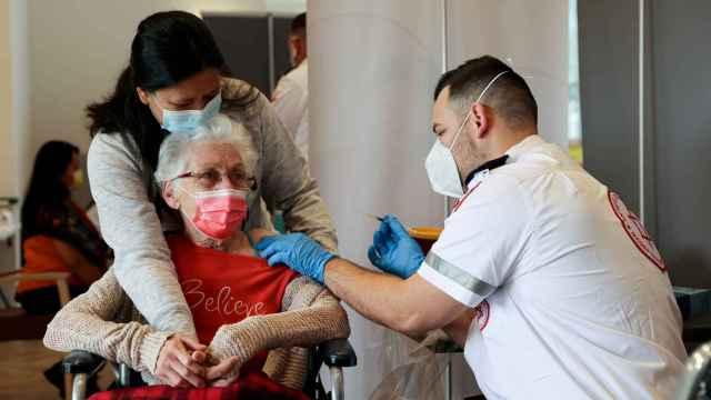 Una mujer recibe la vacuna contra la Covid-19 en Netanya, Israel.