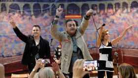 Carmelo Martínez, en el centro de la imagen, con el grupo 'El guateque de la Década'