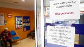 Carteles en la entrada de un Centro de Atención Primaria por el coronavirus.
