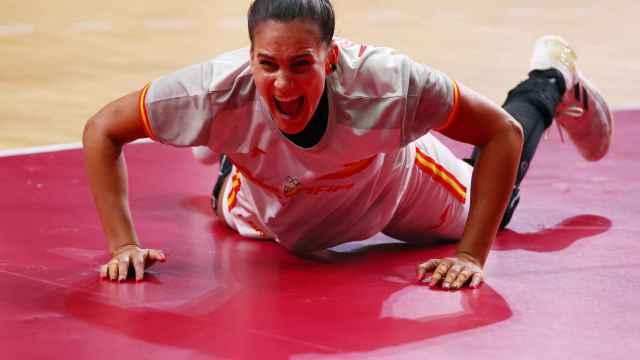 Almudena Rodríguez celebra una victoria de la selección femenina de balonmano JJOO de Tokio