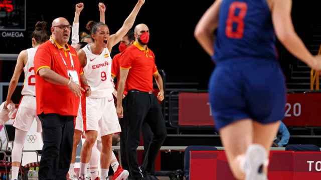 Laia Palau y el banquillo de España celebran un punto ante Serbia