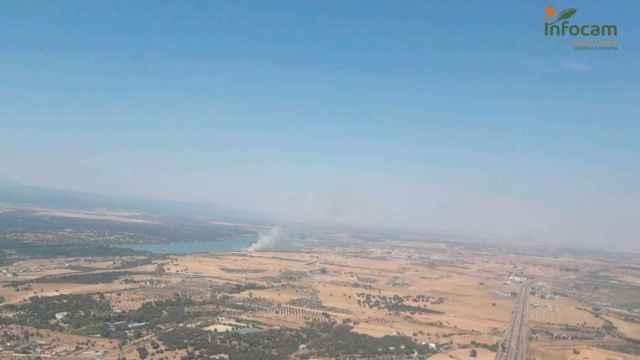 Trabajan en la extinción de un incendio forestal declarado en Cazalegas (Toledo)