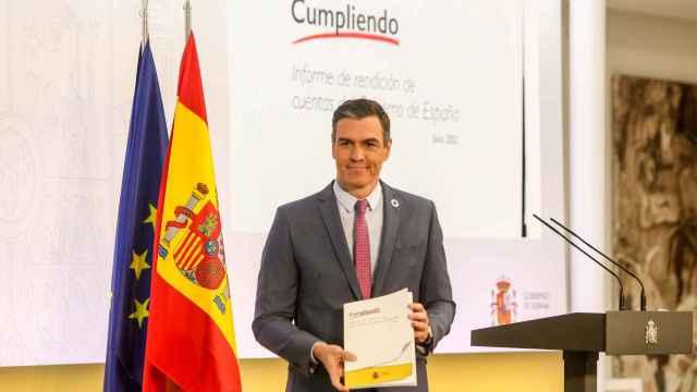 El presidente del Gobierno, Pedro Sánchez, posa con el 'Informe de rendición de cuentas del Gobierno'.