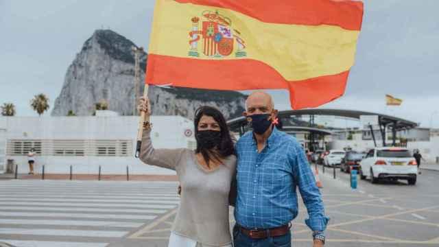 Macarena Olona (Vox) frente al Peñón de Gibraltar.