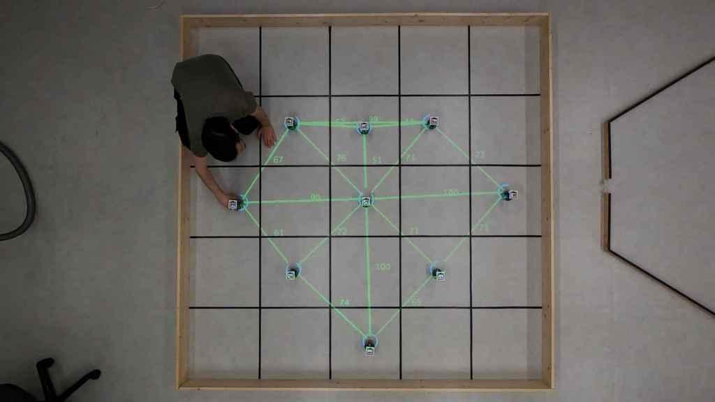 Eduardo Castelló, preparando el experimento con un enjambre robótico.