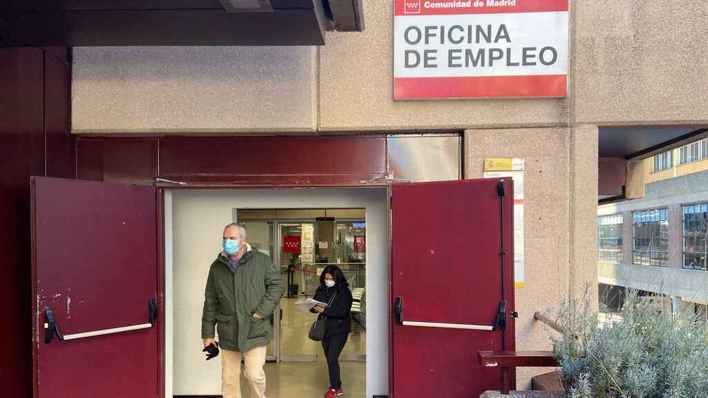 Un hombre sale de una oficina de empleo, en Madrid.