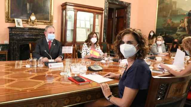 El consejero vasco de Hacienda, Pedro María Azpiazu Uriarte, y María Jesús Montero, ministra de Hacienda y Función Pública.