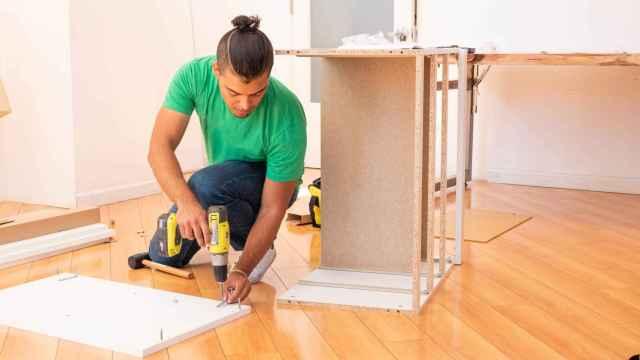 Un 'tasker' montando un mueble de Ikea.