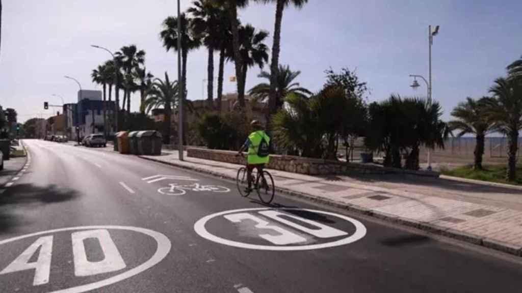 Una bicicleta circulando por uno de los carriles 30 delimitados en Málaga.