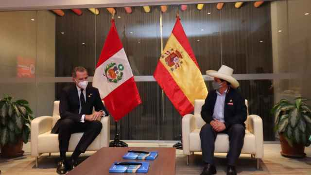 Felipe VI junto a Pedro Castillo.