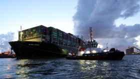 El Ever Given llegando al puerto de Róterdam.