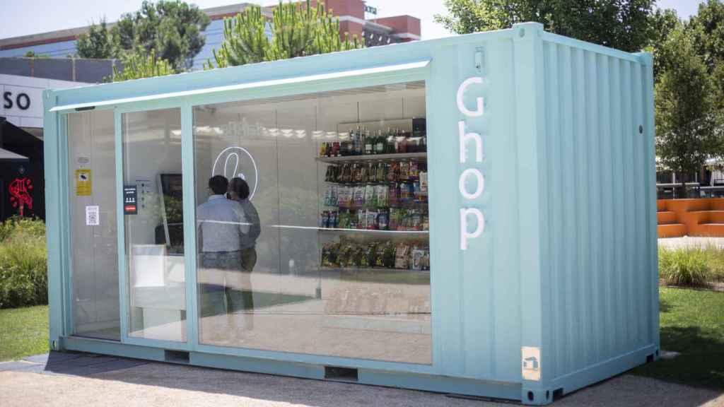 Dos clientes compran en Ghop, el primer supermercado sin empleados en caja de España.