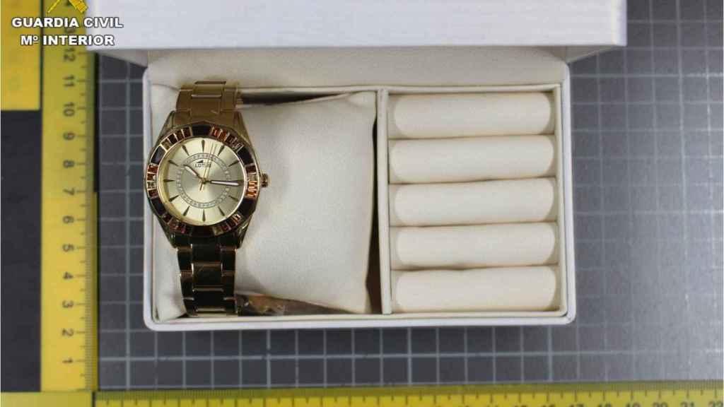 Un reloj de oro supuestamente robado en el domicilio.