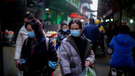 Transeúntes en un mercado callejero de Wuhan, provincia de Hubei (China) en febrero de 2021.