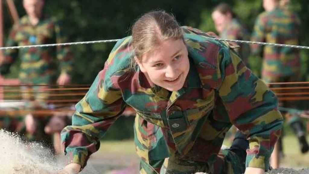 La princesa Elisabeth de Bélgica reptando durante su formación militar.