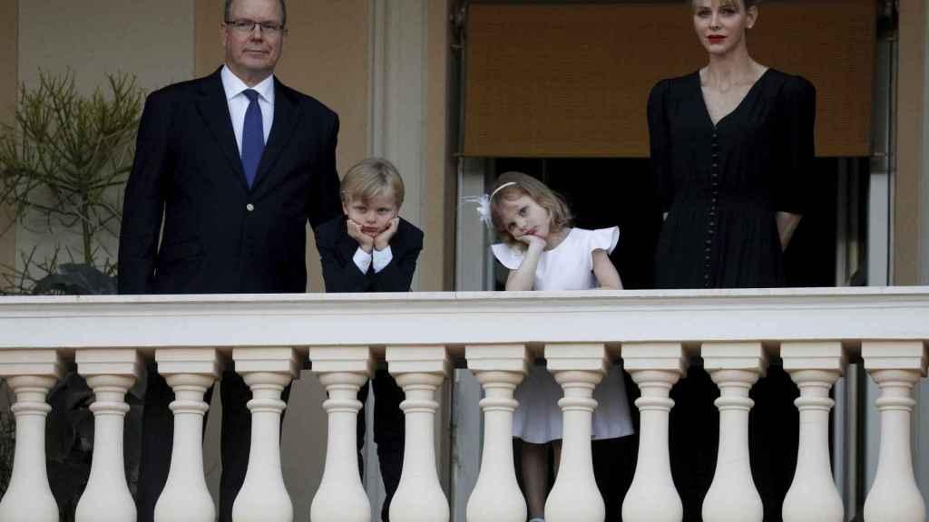Charlenè, junto a Alberto de Mónaco y los pequeños Jacques y Gabriella, en 2019.