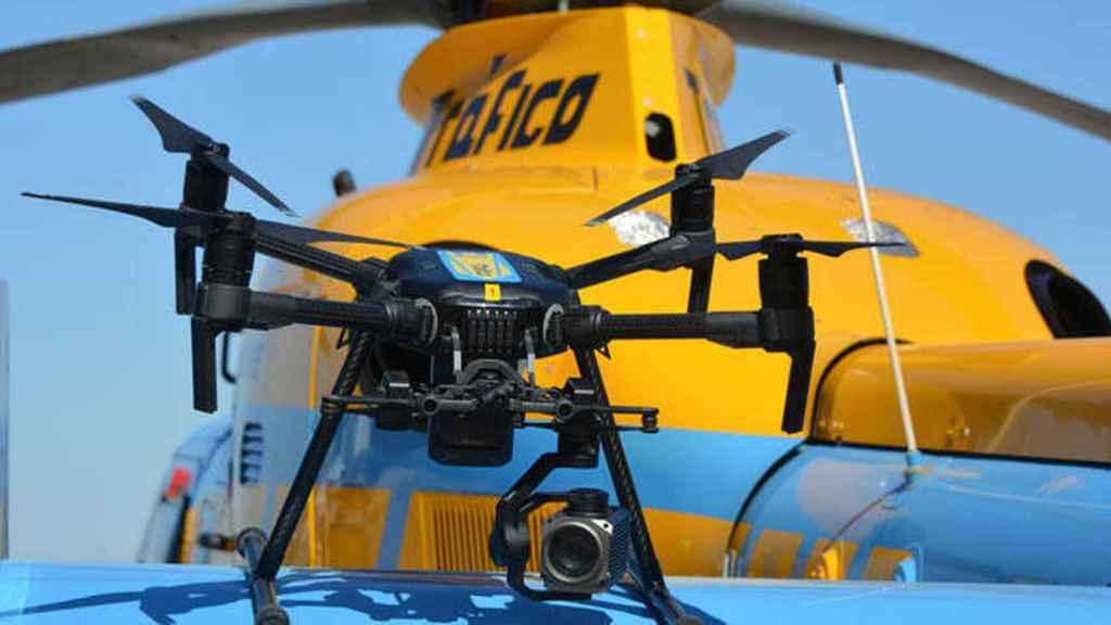 Un dron y un helicóptero-radar de la DGT.
