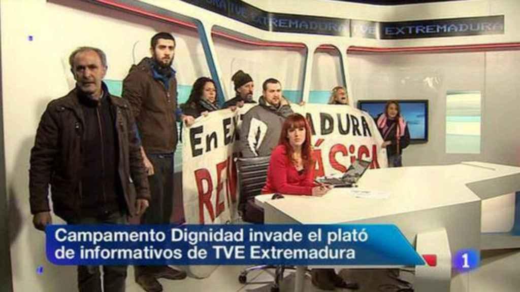 El momento en el que miembros del Campamento dignidad interrumpió el informativo de TVE en Extremadura para reclamar la Renta Básica.
