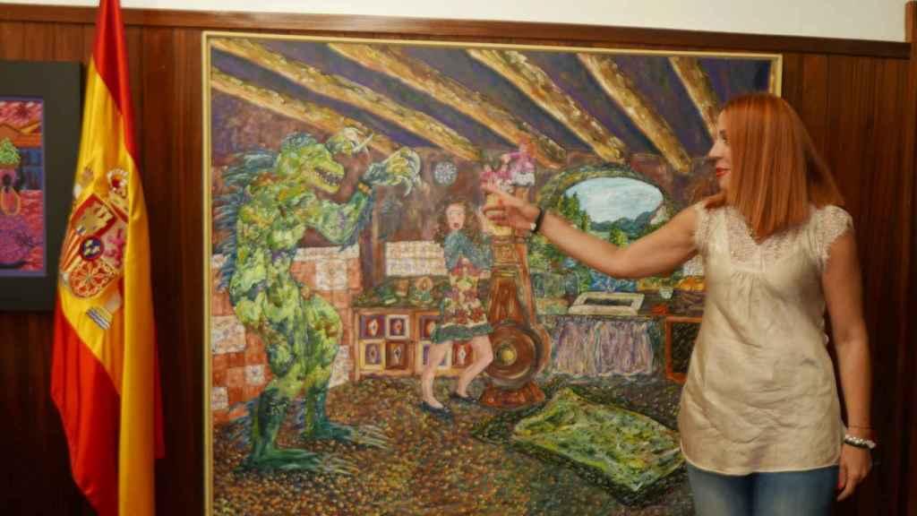Cira junto al lienzo de Paqui Fagés