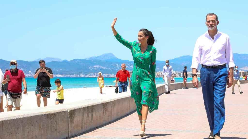 Los Reyes, Felipe y Letizia, durante un viaje a Mallorca en junio de 2020.