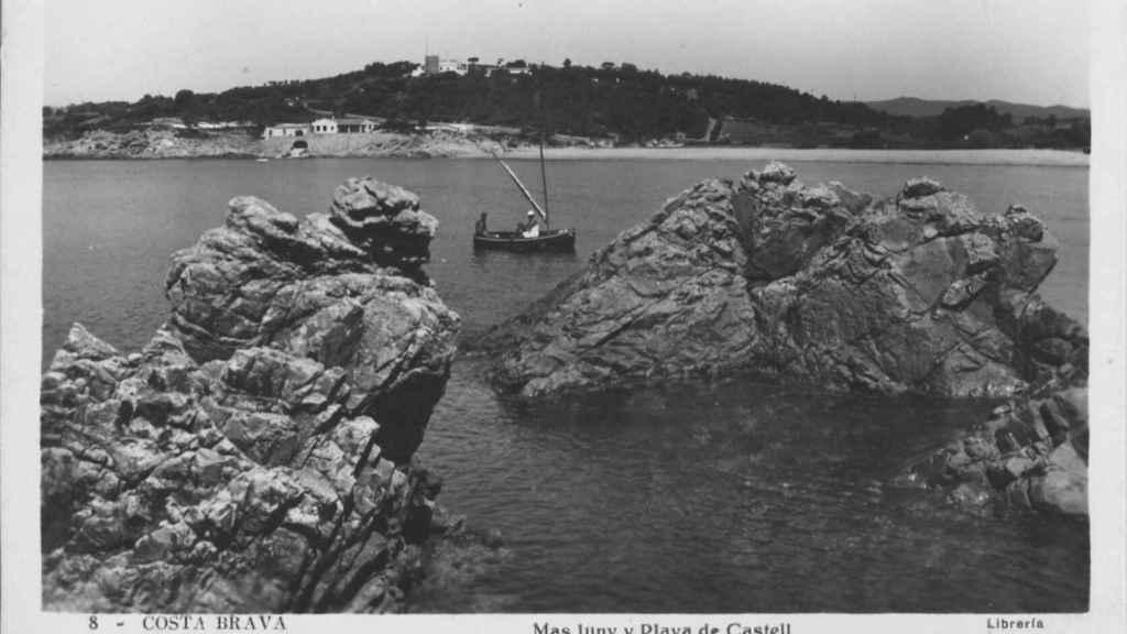 La playa de Castell con el Mas Juny al fondo (1952)