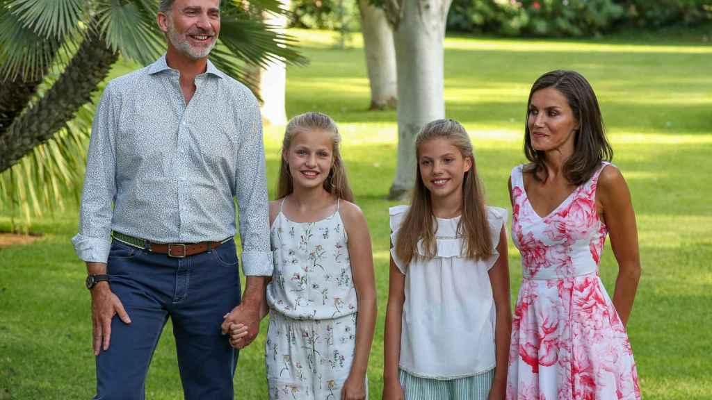 Los Reyes y sus hijas durante su último posado en Marivent en 2019.