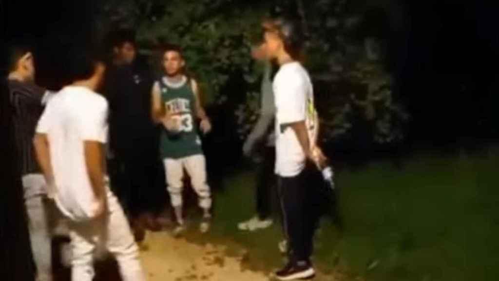 Extracto del vídeo de la paliza de Amorebieta. Al fondo, varios miembros de Los Hermanos Koala.