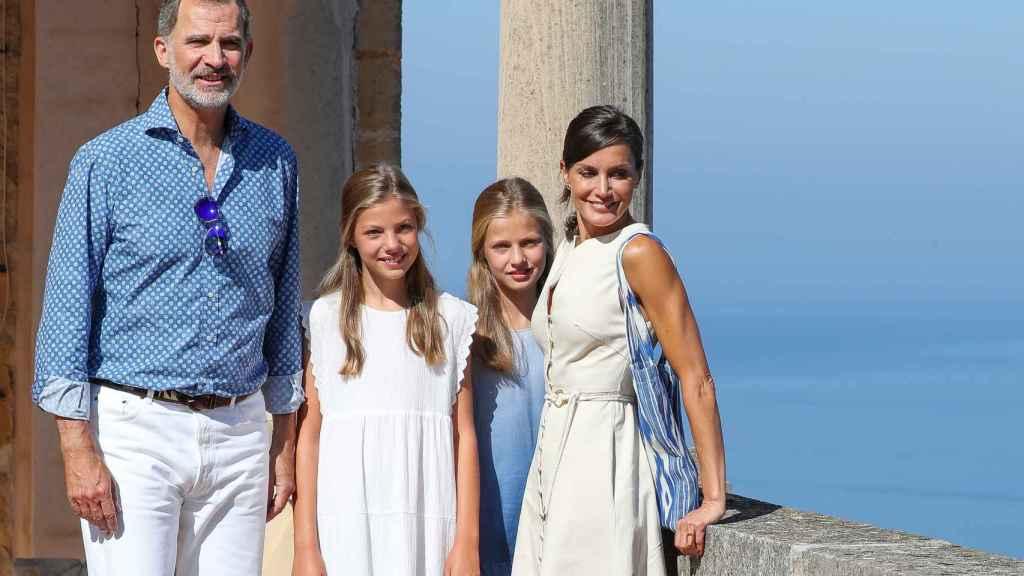 Los Reyes y sus hijas, Leonor y Sofía, visitando un museo en Deyá, en 2020.