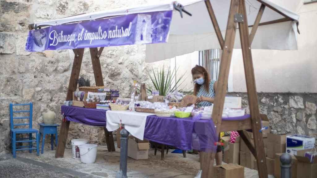 En julio, los comerciantes aprovechan para vender todo tipo de 'souvenirs' sobre la lavanda.