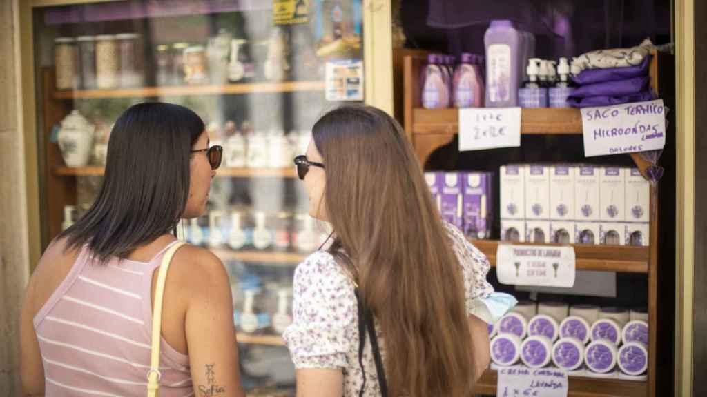 Dos turistas, en Brihuega, observan los productos hechos a partir de la lavanda.