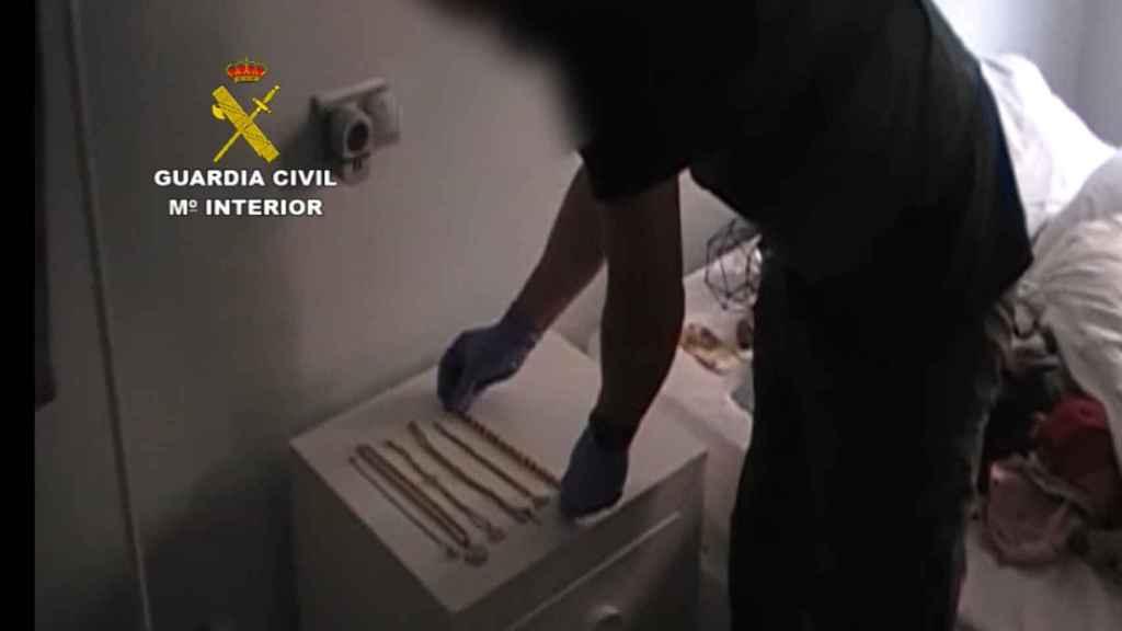 Momento de la inspección de la Guardia Civil en casa de los presuntos autores del robo.