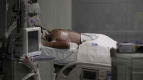 Un enfermo Covid en UCI colocado boca abajo. Eduardo Parra / Europa Press